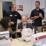 Wethouder-Cees-van-Eijk-achter-naaimachine