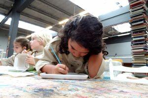 Kinderactiviteit: zelfgekozen servies beschilderen in Mondriaankleuren
